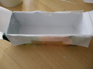If the inside of your juice box is coated with aluminium, use baking paper to line up it.